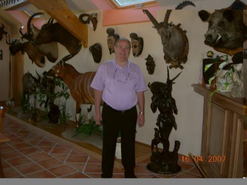 Ranskan vierailun isa nta Paul Strubb metsa stysmajassaan (Medium)